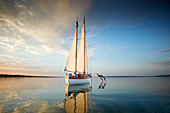 2 teenagers jumping from the bow, TWO-SIDED SIR SHACKLETON ON THE AMMERSEE Ammersee, Bavaria Germany * Lake Ammer, Bavaria, Germany
