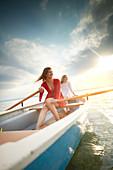 Zwei junge Frauen in einem Ruderboot, Starnberger See, Bayern, Deutschland
