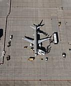 Passagieren steigen ins Fleugzeug (von oben)