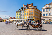 A horse drawn carriage in Castle Square in the old town, UNESCO World Heritage Site, Warsaw, Poland, Europe
