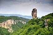 Kleine Klosteranlage auf dem Gipfel der Kazchi-Säule mit grüner Landschaft am Kaukasus, Georgien
