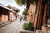 Street scene, Lijiang, UNESCO World Heritage Site, Yunnan Province, China, Asia