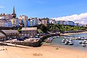 Bunte historische Stadt und St. Mary Kirche, vom Hafen-Strand, Boote am sonnigen Tag, Tenby, Pembrokeshire, Wales, Vereinigtes Königreich, Europa