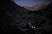 Touristen bereiten das Abendessen vor am Laurel Lake,  Sierra High Route in der John Muir Wilderness in Kalifornien, USA