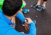 Mann beim Überprüfen der Uhr in der Jogging-Pause, Seattle, Washington State, USA