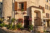 Mittelalterliches Dorf Saint-Paul-de-Vence, Hausfassade mit Blumen, Alpes-Maritimes, Provence-Alpes-Côte d'Azur