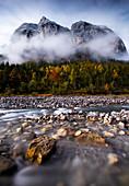 Karwendel Gebirge bei Frühnebel im Herbst, im Vordergrund der Rißbach, Hinteriß, Tirol, Österreich