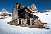 Alte verfallene Holzhütte im Schnee am Passo di Giau im Winter, Dolomiten, Cortina d'Ampezzo, Italien