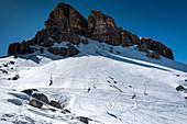 Skilift vor dem Bergmassiv der Cinque Torri im Winter, Dolomiten, Cortina d'Ampezzo, Belluno, Italien