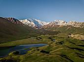 Der Pik Lenin gilt als leichtester Siebentausender und lockt heute viele Reisende nach Kirgistan, wo sie vor dem Aufstieg meist in Jurtencamps nächtigen. Über das Transalai-Gebirge führt heute der Pamir Highway nach Tadschikistan.