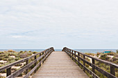 Brücke führt zum Strand, Manta Rota, Algarve, Portugal