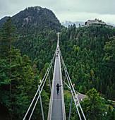 Hängebrücke über grünen Bäumen, Tirol, Österreich