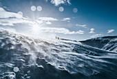 Menschen in schneebedecktem Berg, Reykjadalur, Island