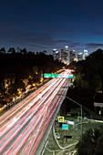 Autos auf Autobahn nachts, Los Angeles, Kalifornien, USA