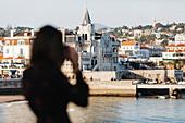 Weibliche Silhoutte mit Blick auf Cascais, Lissabon, Portugal
