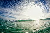 Surfwelle auf sonnigem Ozean, Punta Mita, Nayarit, Mexiko