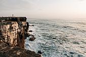 Gebäude auf Klippe am Meer in Peniche, Portugal