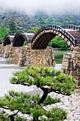 Asiatische Fußgängerbrücke über einen Fluss, Iwakuni, Yamaguchi, Japan