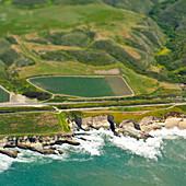 Luftaufnahme einer Küstenstraße und eines Tals, San Mateo, Kalifornien, USA