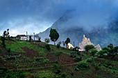 Häuser und Felder auf einem Hügel im Hinterland der Insel Santiago, Kap Verde