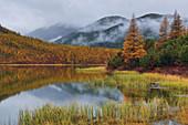 Nebeliger Morgen am See, Oblast Magadan, Sibirien, Russland