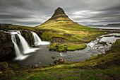 Gipfel und Wasserfall, Kirkjufellsfoss, Snaefellsnes-Halbinsel, Island
