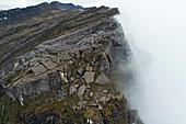 Kalksteinklippe im Nebel, Schnee-Berge, Papua, Indonesien