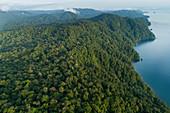 Berge entlang See und Chocó Regenwald, Nationalpark Utria, Kolumbien