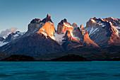 Berge und See, Lake Pehoe, Paine-Massiv, Torres del Paine, Nationalpark Torres del Paine, Patagonia, Chile