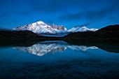 Berge und See, Azul-Lagune, Paine-Massiv, Torres del Paine, Nationalpark Torres del Paine, Patagonia, Chile