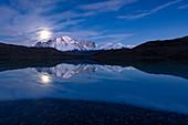 Berge und Mond reflektierten sich im See, im Paine-Massiv, in Torres Del Paine, in Nationalpark Torres Del Paine, Patagonia, Chile