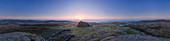 Panoramablick auf den Dartmoor Nationalpark und den Nebel im Teign Valley vom Gipfel des Haytor, Bovey Tracey, Devon, England, Großbritannien und Europa