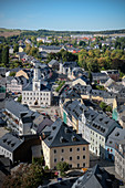 Blick vom Kirchturm der St Wolfgangs Kirche auf Historische Altstadt Schneeberg, UNESCO Welterbe Montanregion Erzgebirge, Schneeberg, Sachsen