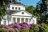 Das klassizistische Landhaus Goßlerhaus (ehemals Landhaus Blacker) im Goßlerpark, Blankenese, Hamburg