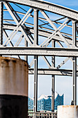 Das Konzerthaus Elbphilharmonie, eingerahmt von einer Speicherstadtbrücke, Hafencity, Hamburg, Deutschland