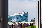 Blick auf die Speicherstadt mit dem Konzerthaus Elbphilharmonie, Hafencity, Hamburg, Deutschland