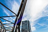 Ein modernes Hochhaus im neuen Stadtteil Hafencity mit einer alten Brücke, Hafencity, Hamburg