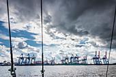 Blick auf das moderne Containerterminal Burchardkai an der Elbe, Hamburg, Deutschland