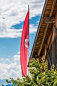 Die Flagge Südtirols auf einem Bauernhof, Radein, Südtirol, Alto Adige, Italien