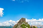 Wanderer auf einer Bergspitze an der Rotwandhütte, Rosengartengruppe, Dolomiten, Trentino, Südtirol, Alto Adige, Italien