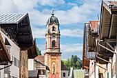 Die Fußgängerzone Obermarkt mit Blick auf den Kirchturm der Katholischen Pfarrei St. Peter und Paul, Mittenwald, Bayern