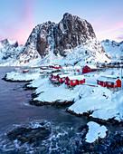Rorbuer (Fischerhütten) im Schnee, Hamnoy, Moskenesoya, Lofoten-Inseln, Nordland, Norwegen, Europa