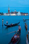 Gondeln nahe San Marco in der Dämmerung, Venedig, UNESCO-Welterbestätte, Venetien, Italien, Europa