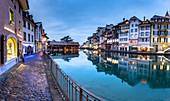 Traditionelle Häuser spiegeln sich in der Aare, Thun, Kanton Bern, Schweiz, Europa