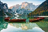 Pragser Wildsee in Trentino Alto Adige-Südtirol, in der Dämmerung, Provinz Bozen, Dolomit, Italien, Europa