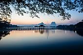 Sonnenaufgang über Berge und See, Hp-Aan, Kayin, Myanmar