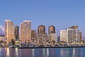 Honolulu City Skyline Reflexion im Meer, Hawaii, Vereinigte Staaten, Honolulu, Hawaii, USA