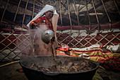 Kirgisin kocht Fleisch für Opferfest, Afghanistan, Asien