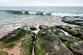 Steiniges Ufer bei Casais, Portugal