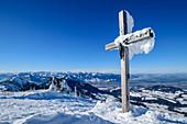 Verschneites Gipfelkreuz an der Hochries, Hochries, Chiemgauer Alpen, Oberbayern, Bayern, Deutschland